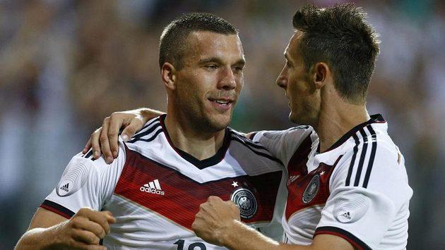 Útočníci Lukas Podolski (vlevo) a Miroslav Klose se radují z gólu v přípravném utkání proti Arménii.