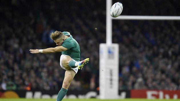 Irský ragbista Ian Madigan kope v utkání s Francií.