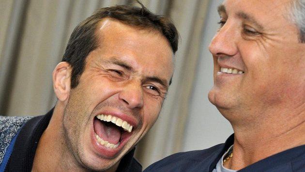 Viditelně dobře naladěný Radek Štěpánek (vlevo) a kapitán Jaroslav Navrátil na tiskové konferenci v Brně před odletem tenistů na čtvrtfinále Davisova poháru do Kazachstánu.