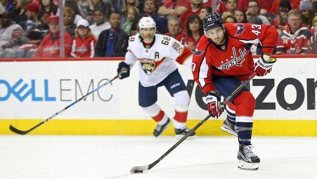 Český útočník Jaromír Jágr v dresu Floridy sleduje, jak právé křídlo Washingtonu Capitals Tom Wilson zakončuje akci v utkání NHL. Florida vyhrála 2:0.