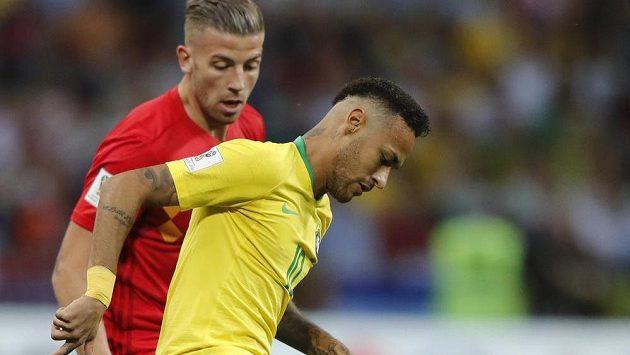 Brazilec Neymar (vpravo) a Belgičan Toby Alderweireld ve čtvrtfinále MS.