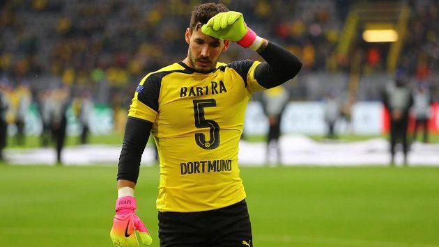 Brankář Dortmundu Roman Bürki na rozcvičení symbolicky oblékl dres s číslem zraněného Marca Bartry.