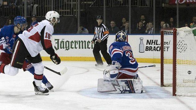 Útočník Ottawy Zack Smith překonává brankáře New York Rangers Henrika Lundqvista.