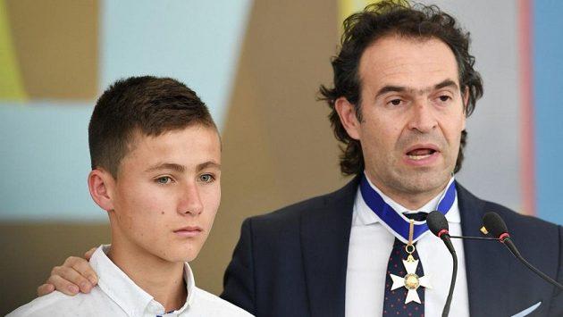 Patnáctiletý Johan Ramirez se starostou Medelínu Federikem Gutierrezem.