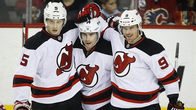 Hokejisté New Jersey Devils zleva Adam Larsson, Adam Henrique a Martin Havlát (9) se radují z gólu