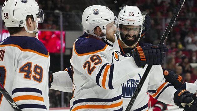Německý hokejista Leon Draisaitl (29) září v NHL v dresu Edmontonu Oilers.
