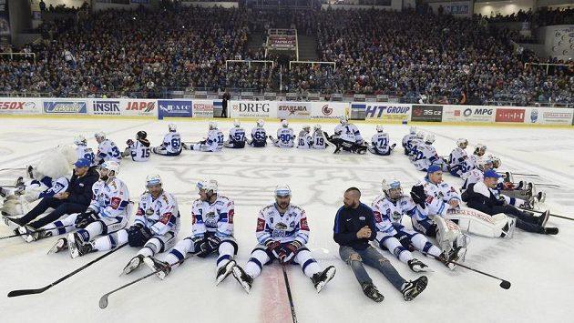 Děkovačka hokejsitů Brna po čtvrtfinále se Spartou.