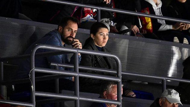 Tomáš Rolinek a jeho manželka Darina sledují utkání Pardubic s Hradcem Králové z tribuny.