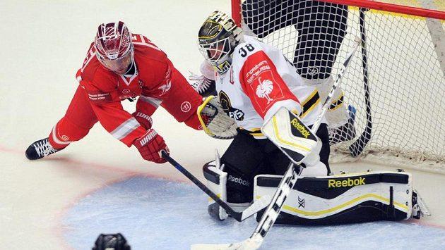 Třinecký útočník Jiří Polanský se snaží překonat brankáře Stavangeru Henrika Holma v utkání Ligy mistrů.