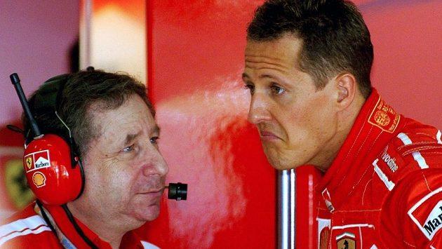Jean Todt (vlevo) naslouchá Michaelu Schumacherovi při GP Malajsie v Sepangu před deseti lety.