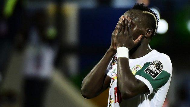 Senegalský útočník Sadio Mané poté, co na africkém šampionátu zazdil šanci v utkání proti Zimbabwe.