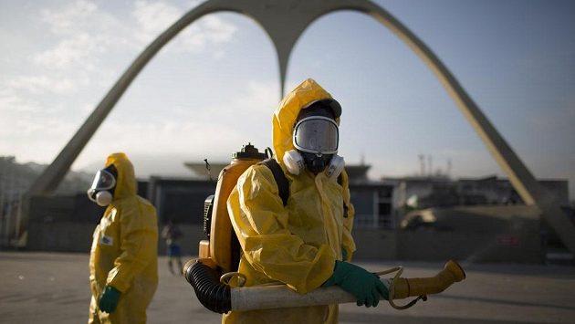 Pomůže postřik? Zdravotničtí pracovníci po celém Riu ničí komáry Aedes aegypti, kteří přenáší virus Zika.
