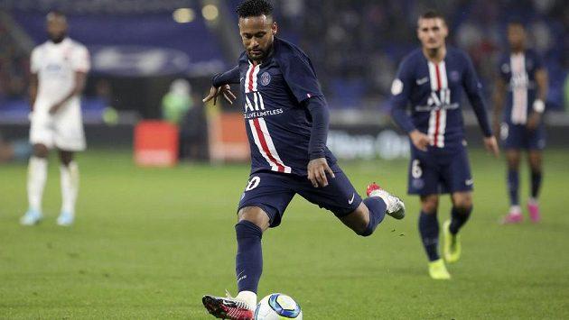 Neymar z PSG dává gól proti Lyonu.