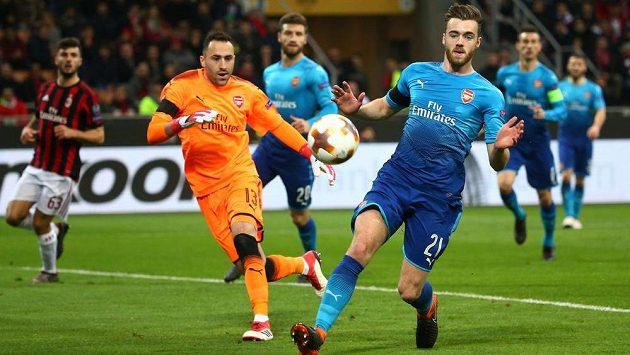 V brance Arsenalu v osmifinále Evropské ligy nestál Petr Čech, na půdě Arsenalu chytal za Gunners David Ospina. Na snímku je se spoluhráčem Calumem Chambersem.