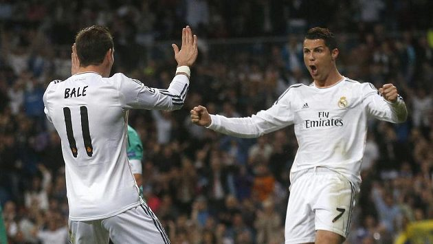 Fotbalisté Realu Madrid Cristiano Ronaldo (vpravo) a Gareth Bale se radují z gólu proti Schalke.