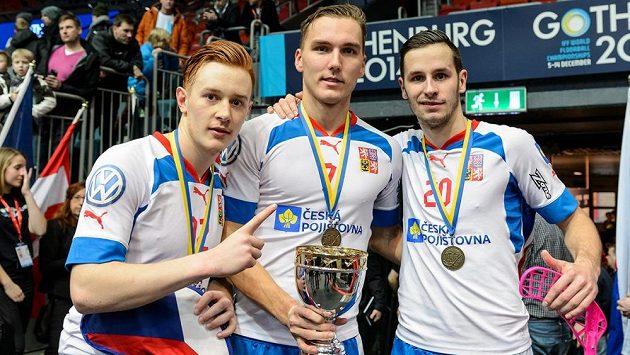 Takto se Patrik Suchánek (zleva), Milan Tomašík a Martin Tokoš radovali z bronzu před dvěma lety. Uspějí i letos?
