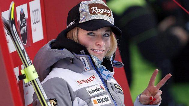 Vítězné gesto švýcarské sjezdařky Lary Gutové.