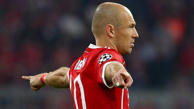 Kapitán Bayernu Mnichov Arjen Robben diriguje spoluhráče.