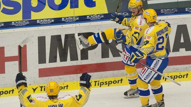 Hráči Zlína se radují po prvním gólu proti Kometě.