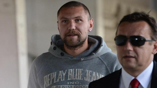 Záložník Budějovic Jan Halama (vlevo) obviněný v sázkařské aféře přichází spolu s advokátem Bronislavem Šerákem na zasedání disciplinární komise.