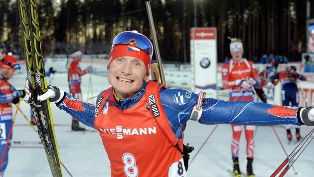 Biatlonista Ondřej Moravec se raduje po závodu s hromadným startem, ve kterém vybojoval stříbrnou medaili.