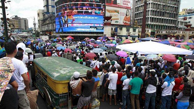 Filipínci sledovali prohru svého boxera na obří obrazovce.