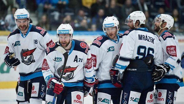Ivan Huml (druhý zleva) z Chomutova poté, co dal gól Liberci.