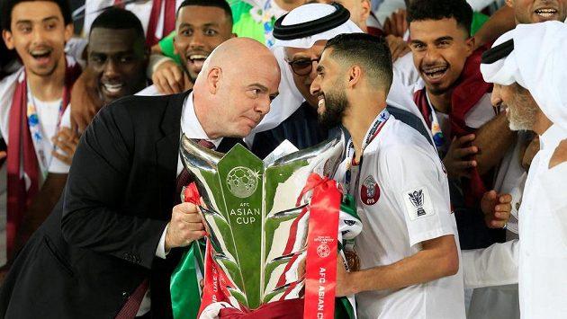 Šéf FIFA Gianni Infantino na archivním snímku předává po mistrovství Asie trofej Katařanovi Hasanu Al Hajdososvi.
