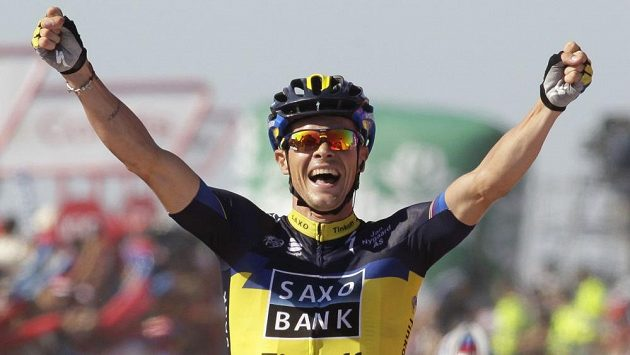 Cyklista stáje Saxo-Tinkoff Nicolas Roche se raduje z triumfu ve druhé etapě Vuelty.