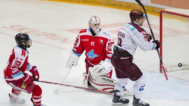Útočník Sparty Andrej Kudrna (vpravo) překonává brankáře Olomouce Branislava Konráda. Vlevo je obránce Olomouce Jakub Galvas.
