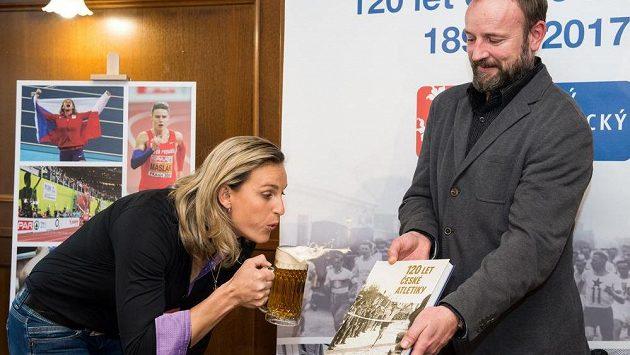 Barbora Špotáková (vlevo) a Tomáš Dvořák křtí knihu 120 let české atletiky.