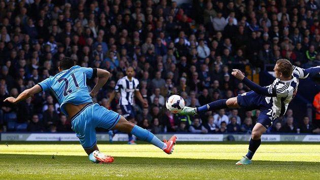 Útočník West Bromwiche Matěj Vydra střílí gól do sítě Tottenhamu.