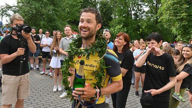Amatérský sportovec Jakub Žák z Těšan na Brněnsku dokončil svoji velkou výzvu, když v deseti dnech absolvoval deset polovičních Ironmanů v deseti různých zemích Evropy. Absolvováním 900 km na kole, 19 km ve vodě a 211 km běhu tak vytvořil tuzemský rekord