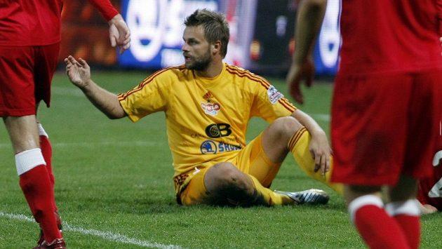 Zbyněk Pospěch z Dukly (ve žlutém) v zápase 8. kola fotbalové Gambrinus ligy proti Brnu.