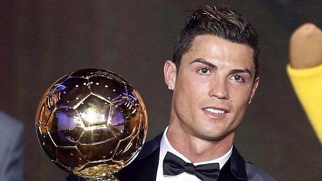 Cristiano Ronaldo se Zlatým míčem z roku 2014.
