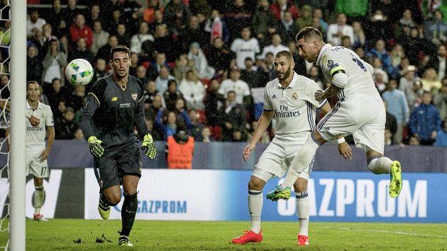 Gólová hlavička obránce Sergia Ramose z Realu Madrid v Superpoháru proti Seville.