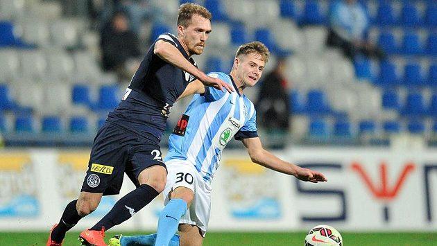 Mladoboleslavský Daniel Geissler (vpravo) bojuje o míč s Milanem Kerbrem ze Slovácka.