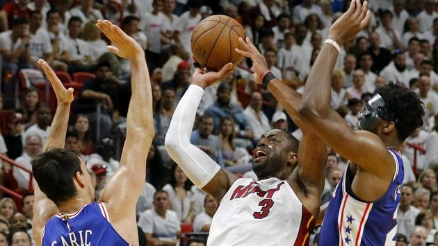 Trojnásobný mistr NBA Dwyane Wade s basketbalem nekončí. Šestatřicetiletý rozehrávač ohlásil, že v dresu Miami odehraje ještě jednu sezónu.