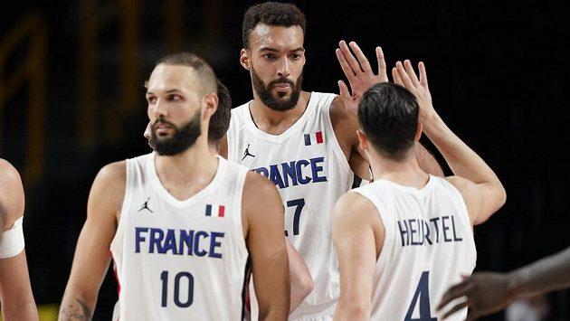 Francouzská radost. Centr Rudy Gobert oslavuje se spoluhráči vítězství nad basketbalisty USA na olympijském turnaji v Tokiu. Francie vyhrála 83:76.