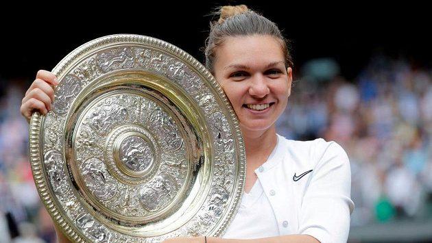 Rumunská tenistka Simona Halepová s trofejí pro šampionku Wimbledonu z roku 2019 po finálové výhře nad Serenou Williamsovou.