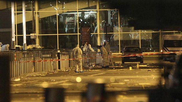 Policisté vyšetřují výbuch bomby v blízkosti stadiónu.