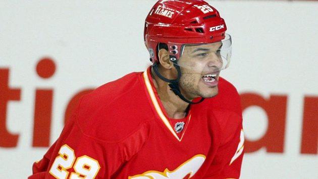 Akim Aliu v dresu Calgary Flames.