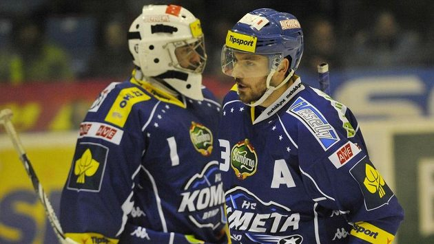 Michal Kempný (vpravo) z Brna a brankář Komety Marek Čiliak po utkání v Olomouci.