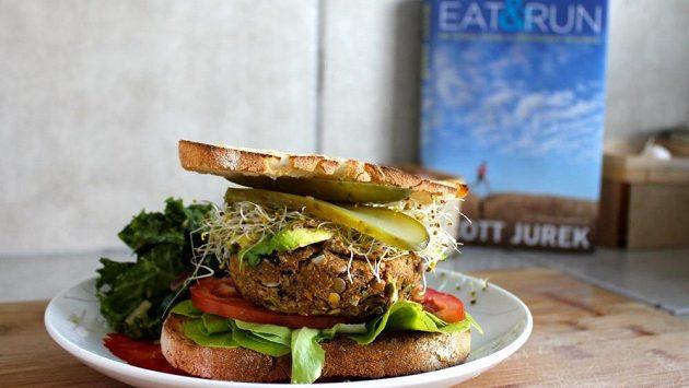 Čočkový hamburger s houbami od mistra běhu Scotta Jurka.
