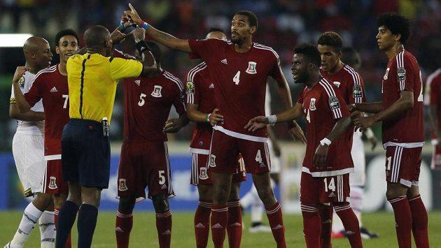 Fotbalisté Rovníkové Guineje protestují nad verdiktem rozhodčího Erika Arnauda v semifinále mistrovstvý Afriky proti Ghaně.