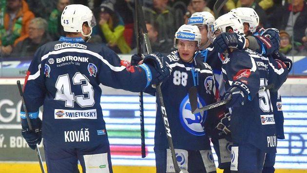 Hokejisté Plzně oslavují gól v Karlových Varech.