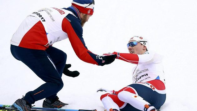Vyčerpaný finišman norské štafety Finn Haagen Krogh slaví titul s Martinem Johnsrudem Sundbym.