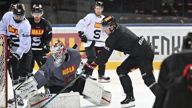 Filip Chlapík (vpravo) na otevřeném tréninku hokejové Sparty.