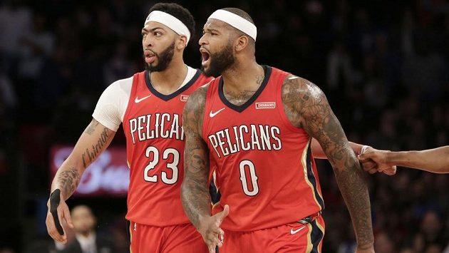 Tahouni týmu z New Orleans Anthony Davis (vlevo) a DeMarcus Cousins v utkání proti New York Knicks.