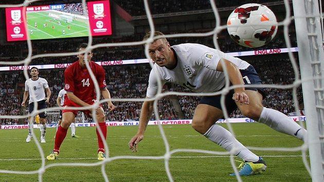 Anglický útočník Rickie Lambert skóruje v kvalifikačním utkání.